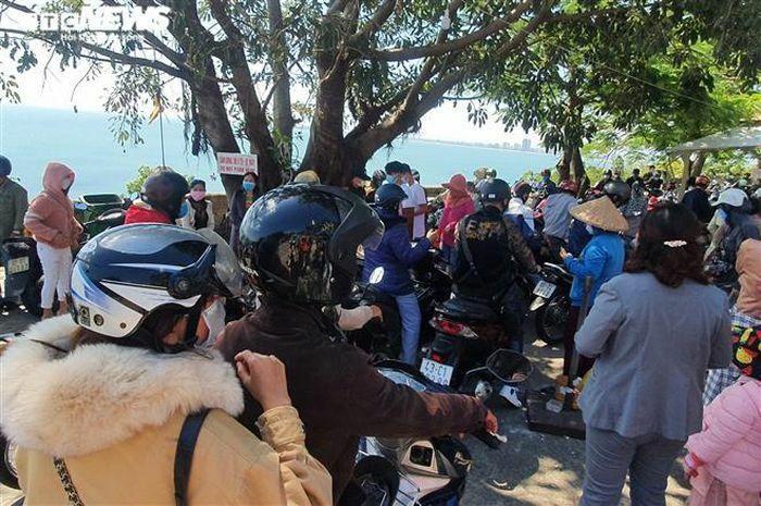 Hàng nghìn người đổ về chùa Linh Ứng Đà Nẵng cầu an trong ngày đầu năm Tân Sửu