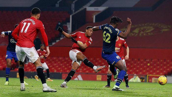 Man United phả hơi nóng vào gáy Man City trong cuộc đua vô địch