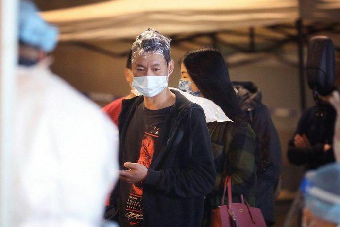 Đang nhuộm tóc dở thì bị phong tỏa tại Hong Kong