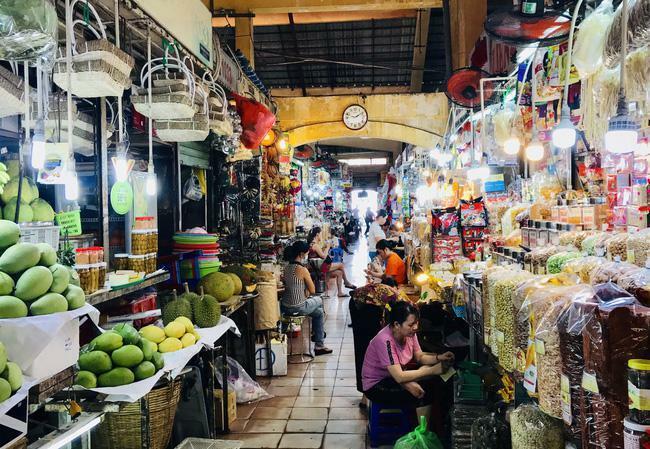 TP.HCM: Chợ Tết vắng đến mức không có khách để mời