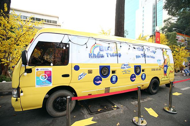"""Người dân bất ngờ khi thấy xe buýt """"nhả"""" khẩu trang miễn phí ở trung tâm Sài Gòn"""