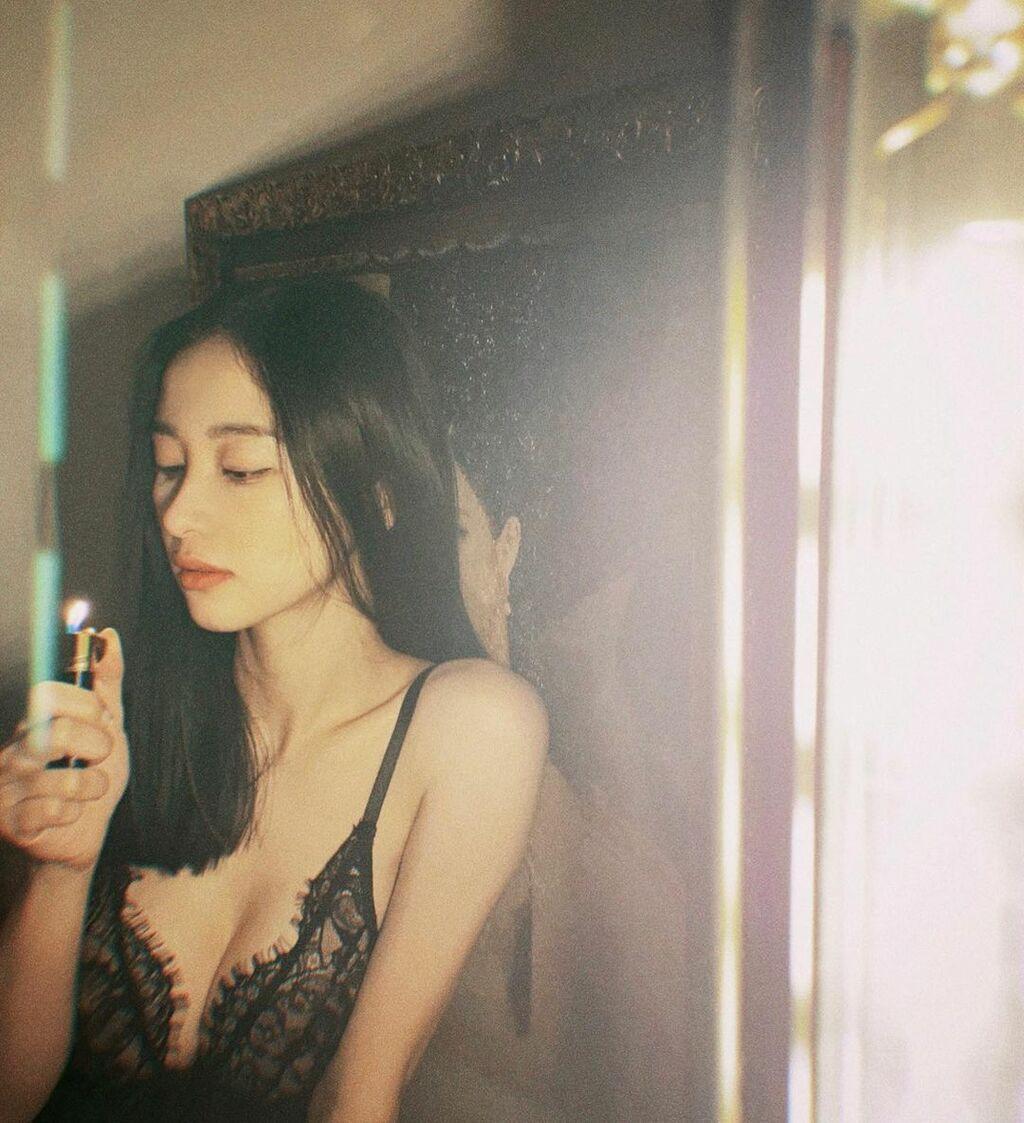 """""""Cô bé trà sữa Việt"""" hóa mỹ nữ Hong Kong, khoe tòa thiên nhiên với váy """"tuyệt kỹ gợi cảm"""""""