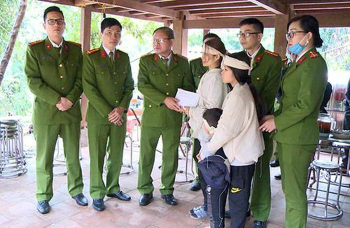Thăm, động viên và trao tặng 100 triệu đồng cho gia đình Trung tá Vi Văn Luân