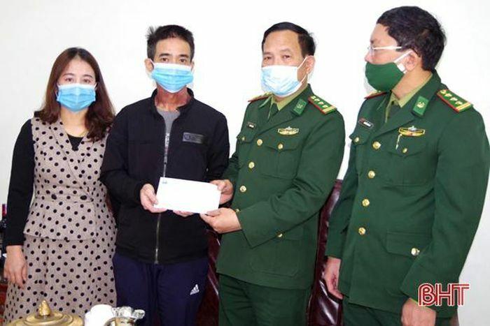 Bộ Chỉ huy BĐBP Hà Tĩnh thăm hỏi, tặng quà quân nhân mắc bệnh hiểm nghèo
