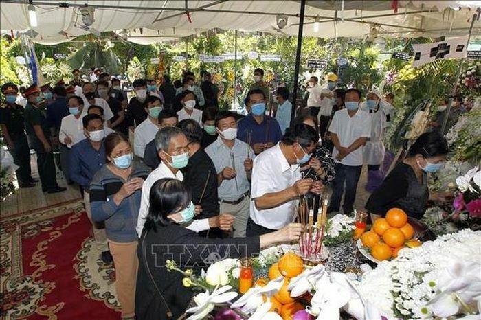 Hàng nghìn người dân các tỉnh đến viếng tại lễ tang đồng chí Trương Vĩnh Trọng