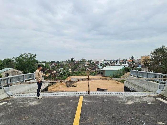 Cầu xây xong phơi mình chờ đường dẫn