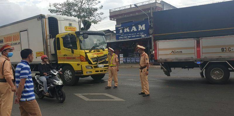 Tai nạn liên hoàn khiến 3 xe ô tô bị hư hỏng