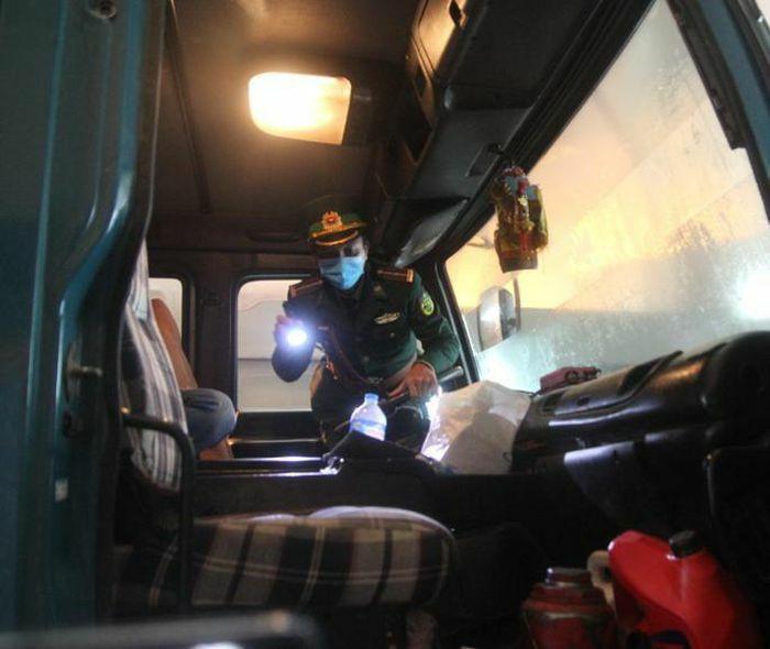 Người đàn ông từ nước ngoài về trốn trong cabin ôtô để tránh cách ly Covid-19