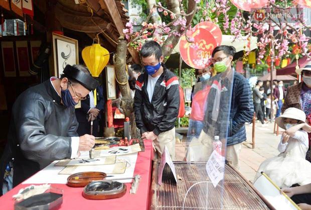Hà Nội: Nhiều ông đồ tại Hồ Văn dựng tấm chắn để cho chữ ngày đầu năm mới Tân Sửu