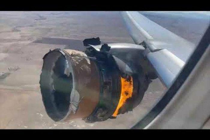 Khoảnh khắc động cơ máy bay chở khách nổ tung, phân thành từng mảnh rơi xuống ở Mỹ