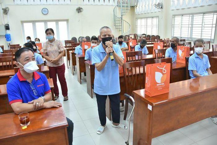 """Báo Người Lao Động trao hơn 500 phần quà """"Tết ấm cho người vô gia cư"""""""