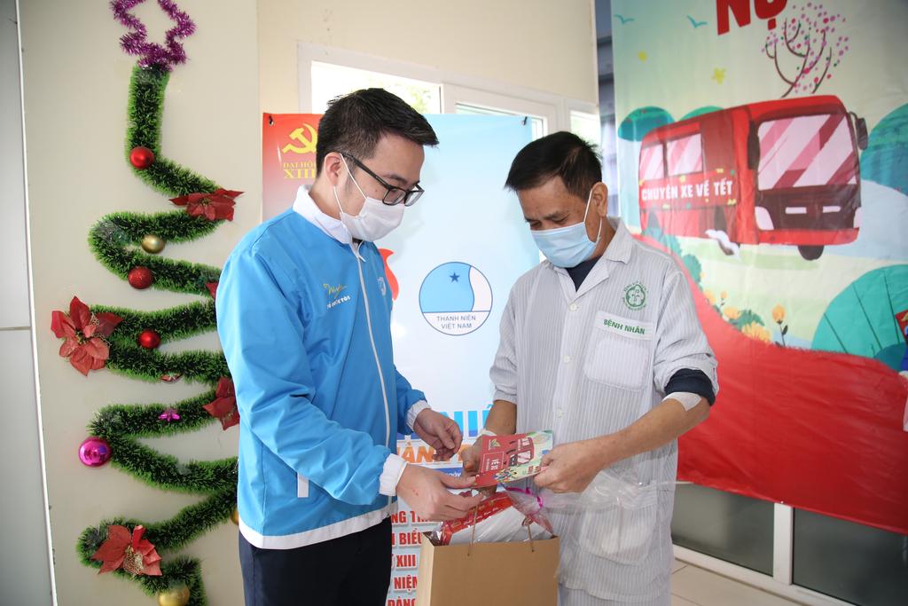 Nhiều phần quà Tết cho bệnh nhân có hoàn cảnh khó khăn