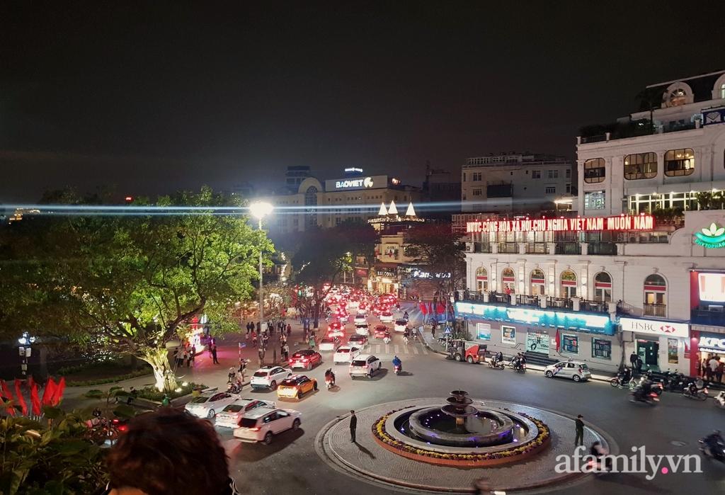 Người dân Hà Nội ùn ùn đổ về hồ Gươm vui chơi chờ đón giao thừa dù không có pháo hoa, giao thông khu trung tâm ùn tắc