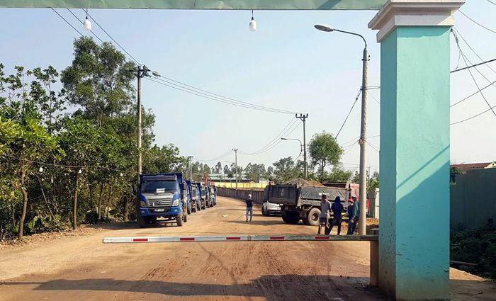 Cần xử lý nghiêm đoàn xe tải gây rối trước cổng bãi rác Khánh Sơn?