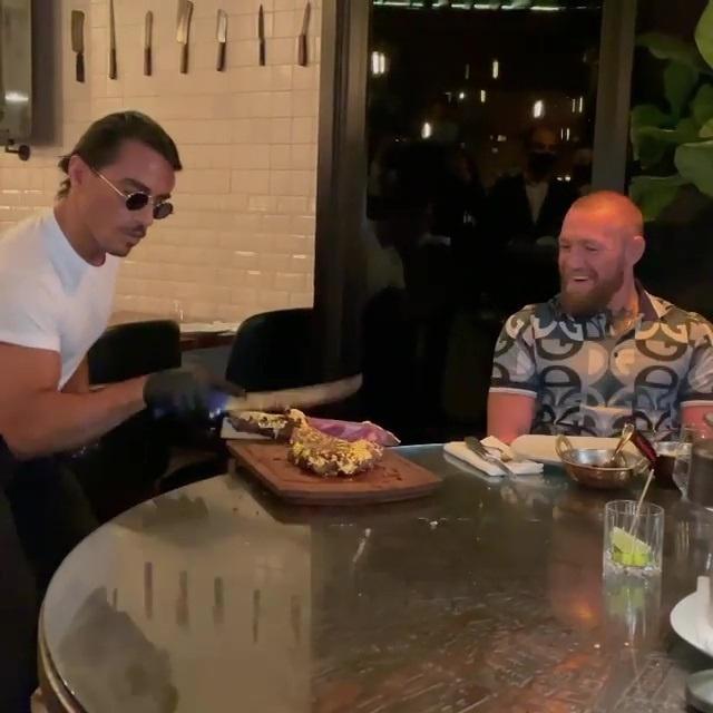 McGregor ghé quán ăn nổi tiếng ở Dubai trước ngày tái xuất