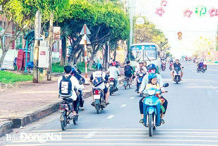 Xử phạt nghiêm xe 2 bánh đi ngược chiều trên đường Hùng Vương