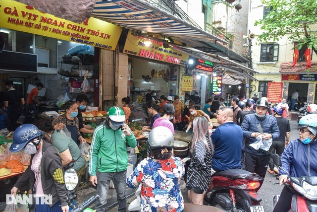 Gà ngậm hoa hồng bán cả trăm con ở chợ Hàng Bè Hà Nội ngày Rằm tháng Giêng
