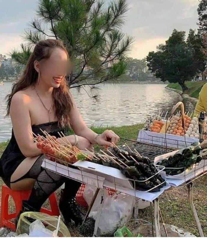 Ăn mặc phản cảm đứng bán đồ ăn vặt, cô gái gây bức xúc