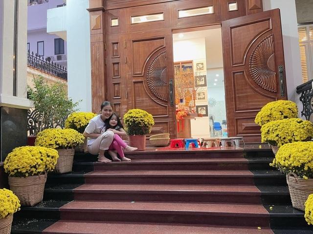 Căn biệt thự ngập hoa Tết của diễn viên Vân Trang