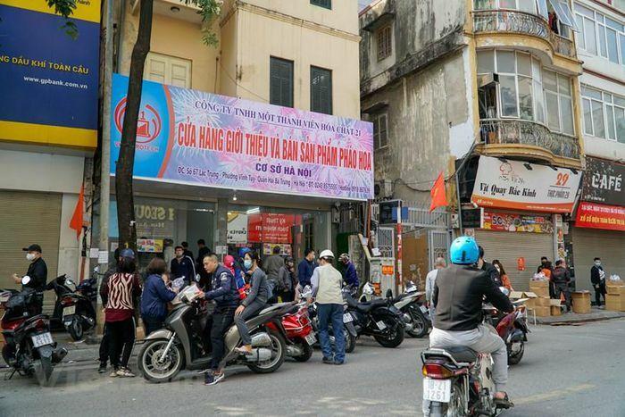 Hà Nội: Người dân xếp hàng mua pháo hoa không nổ về chơi dịp Tết