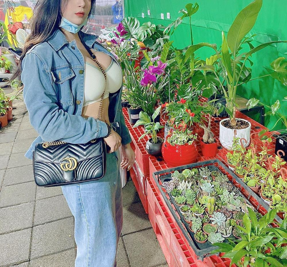 """Đi chọn cây ngày Tết, cô gái Đài Loan gây chú ý vì chiếc áo trễ cổ nổi bật """"át cả hoa"""""""