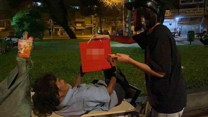 Hoa hậu Tiểu Vy thức xuyên đêm mang quà Tết cho người vô gia cư