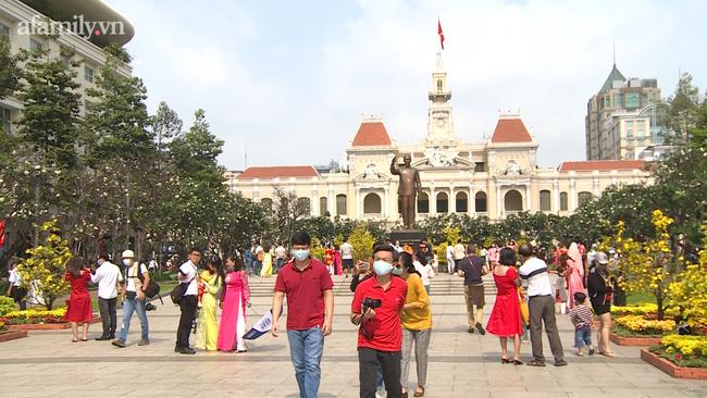 """Nhan nhản người dân đi chơi Tết tại đường hoa Nguyễn Huệ, công viên Tao Đàn """"quên"""" đeo khẩu trang giữa mùa dịch COVID-19"""