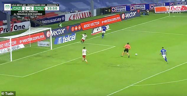 Bóng đá Mexico tấu hài: Trọng tài đánh cắp bàn thắng trước khung thành trống