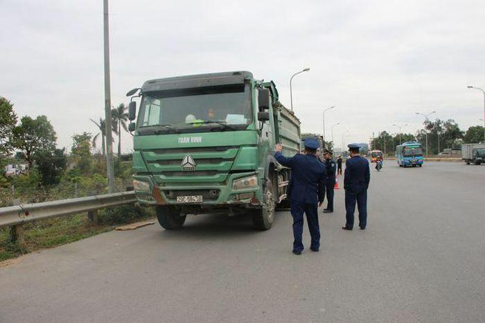 Xử phạt 50 xe quá tải trên cầu Thăng Long trong vòng 1 tháng