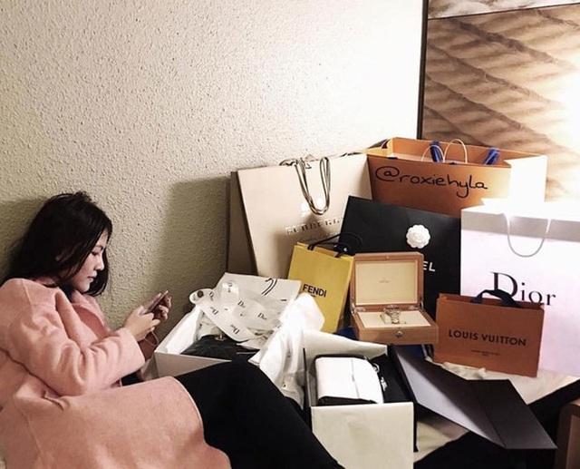 """""""Thiên kim tiểu thư"""" siêu giàu Việt khoác bộ trang phục 3 tỷ đi dự tiệc"""