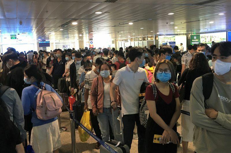 Sân bay, bến xe đông nghịt người: Quá lo lắng an toàn dịch bệnh Covid-19