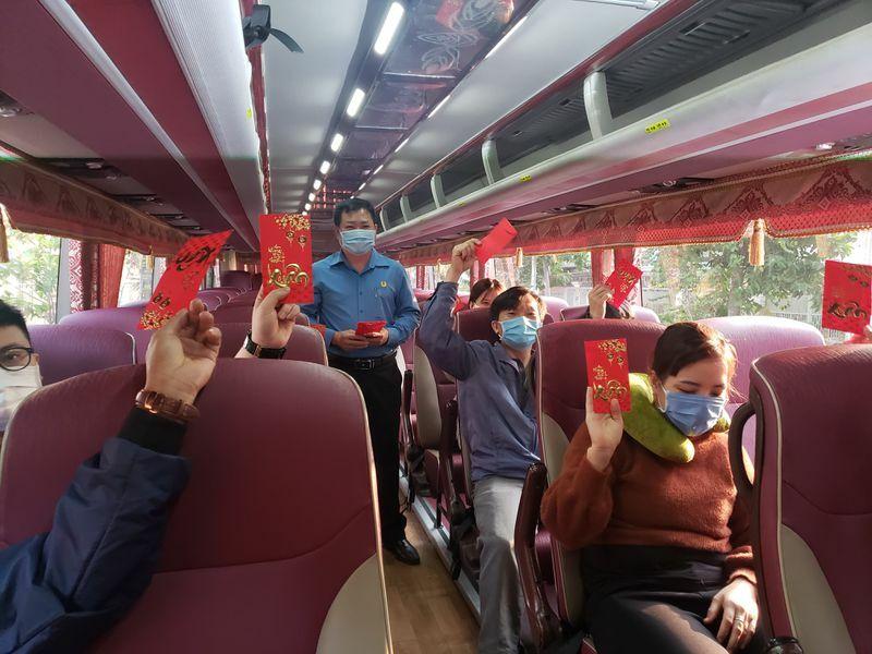 Hàng trăm công nhân trả vé xe được tặng, ở lại Đồng Nai đón Tết