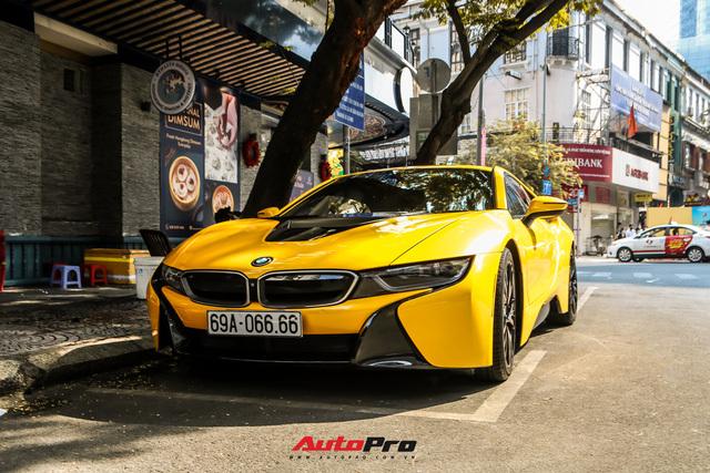 Thủ môn Bùi Tiến Dũng cầm lái BMW i8 biển tứ quý 6 mới tậu đưa đón bạn gái ngoại quốc tại Sài Gòn - ảnh 1