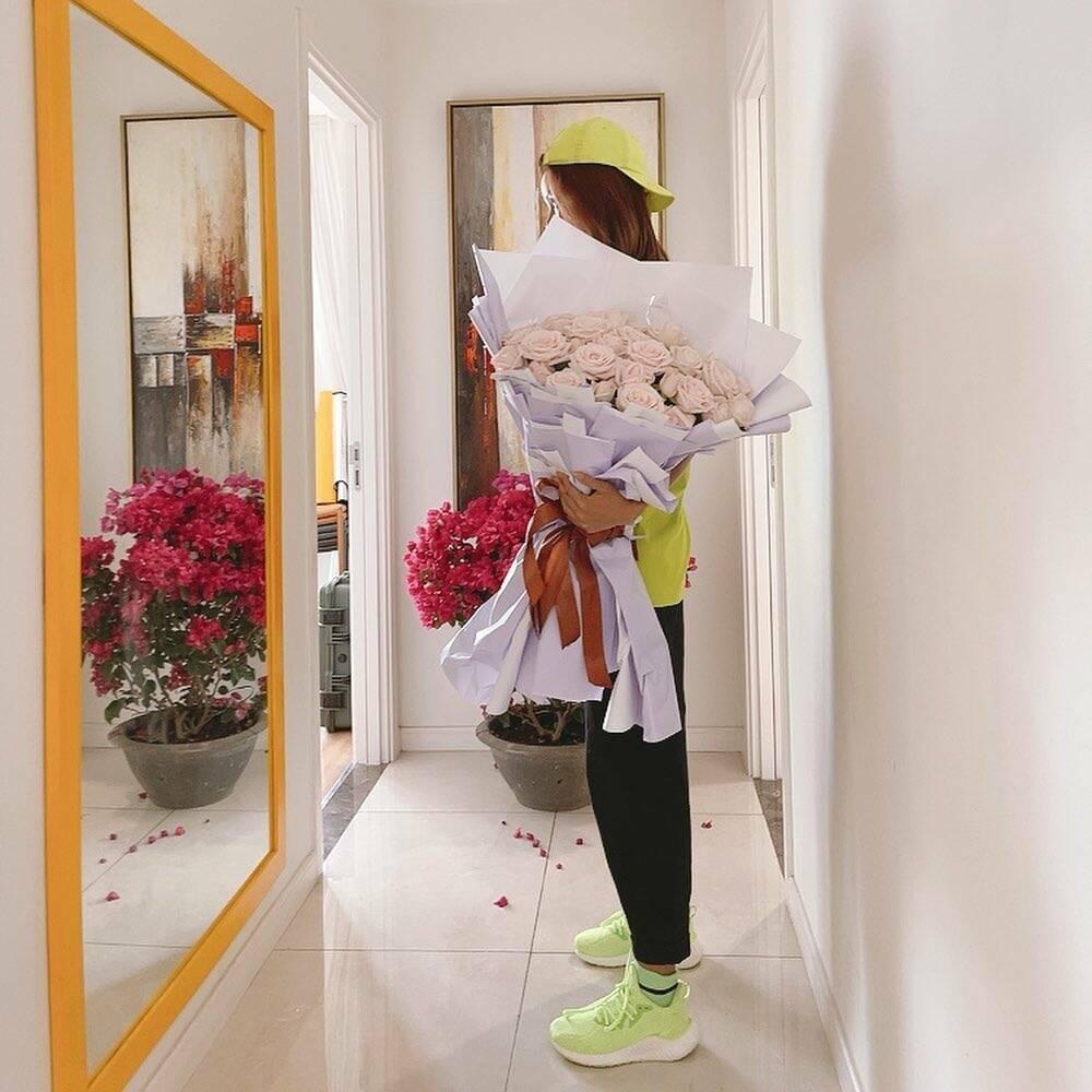 """H""""Hen Niê nhận hoa Valentine, Lệ Hằng – Mâu Thủy chúc mừng hạnh phúc, fan nghi ngờ đã có người yêu?"""