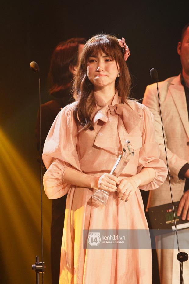 """Hoà Minzy bật khóc sau lễ trao giải, fan xúc động vì lời tâm sự """"Nhiều người đã bỏ Hoà đi"""""""