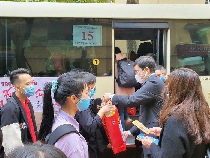 Hàng nghìn sinh viên được hỗ trợ vé xe về quê đón Tết