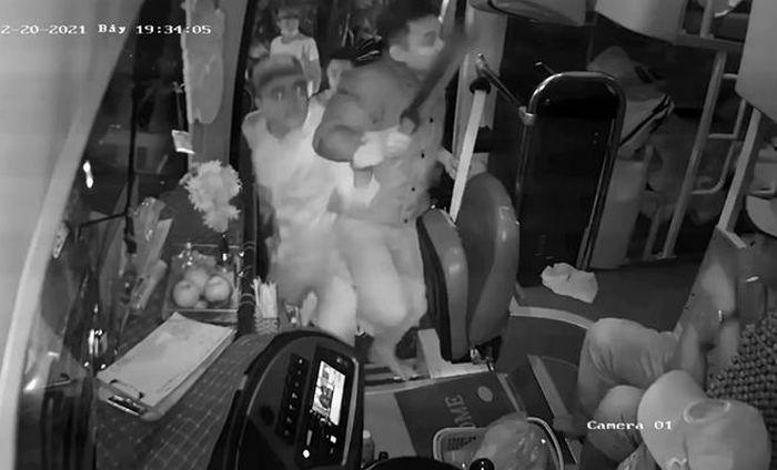 Điều tra vụ nhóm đối tượng mang mã tấu, tuýp sắt hành hung tài xế xe khách