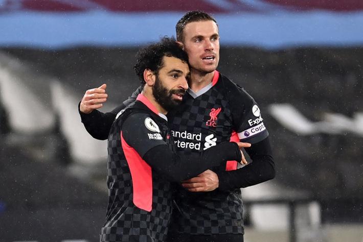 Salah lập cú đúp, Liverpool vượt ải khó khăn để trở lại đường đua vô địch