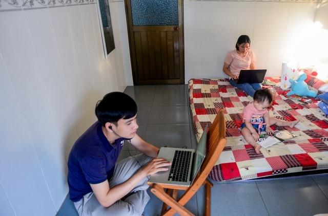 """Một ngày """"đứng lớp"""" online trong mùa dịch của vợ chồng giáo viên ở Sài Gòn"""