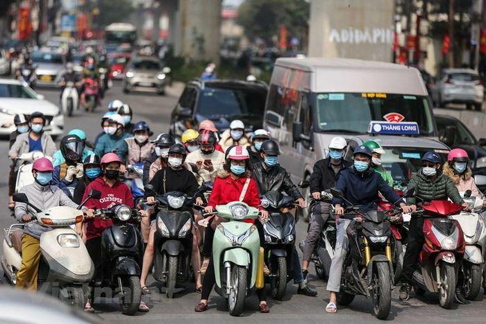 Người dân Hà Nội tuân thủ đeo khẩu trang ra đường, xuống phố sắm Tết