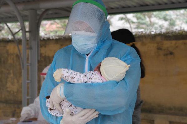 Em bé 21 ngày tuổi ở Hải Dương nhiễm Covid-19 được đưa đi cách ly