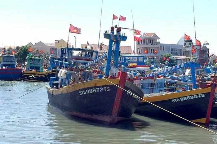 Một tàu cá Bình Thuận bị chìm, ba người chết và hai người mất tích