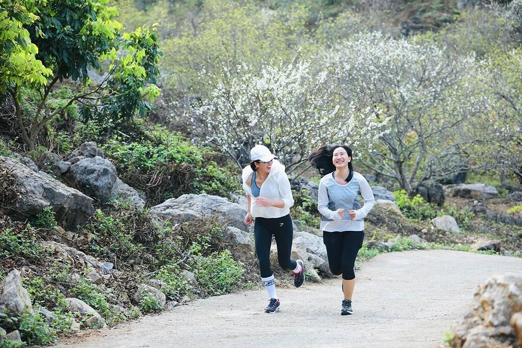 Bella Mai chạy bộ trên thung lũng đầy hoa mận trắng, khán giả xuýt xoa vì cảnh quá đẹp
