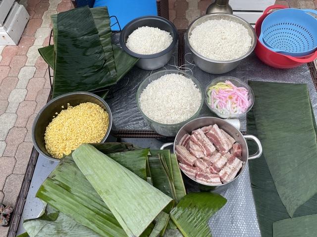 Người Việt ở Mỹ gói bánh chưng đón Tết giữa thời dịch Covid-19