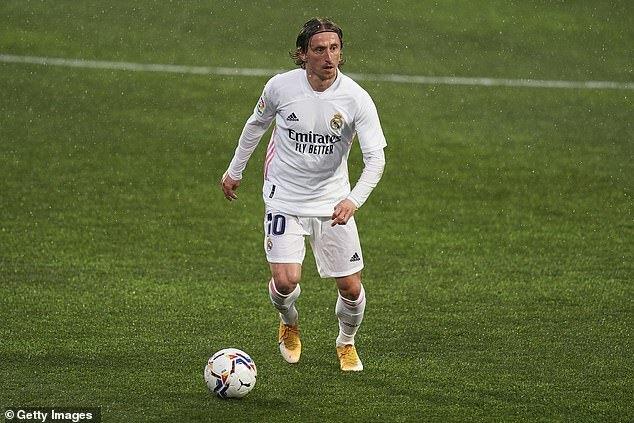 Làm ngược Ramos, Modric khiến fan Real ấm lòng