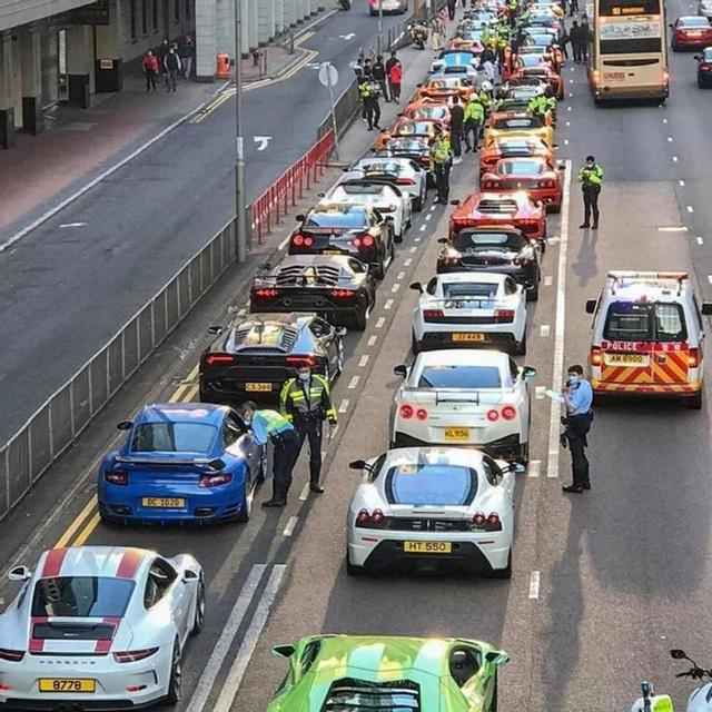 """Bị chặn bắt, siêu xe nằm xếp hàng """"như lợn con"""" trên đường phố Hồng Kông"""