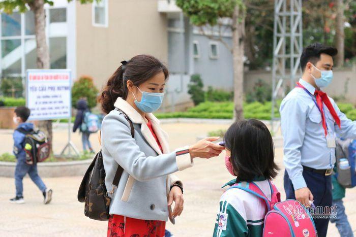 Gần 2 triệu học sinh Hà Nội trở lại trường sau kì nghỉ kéo dài