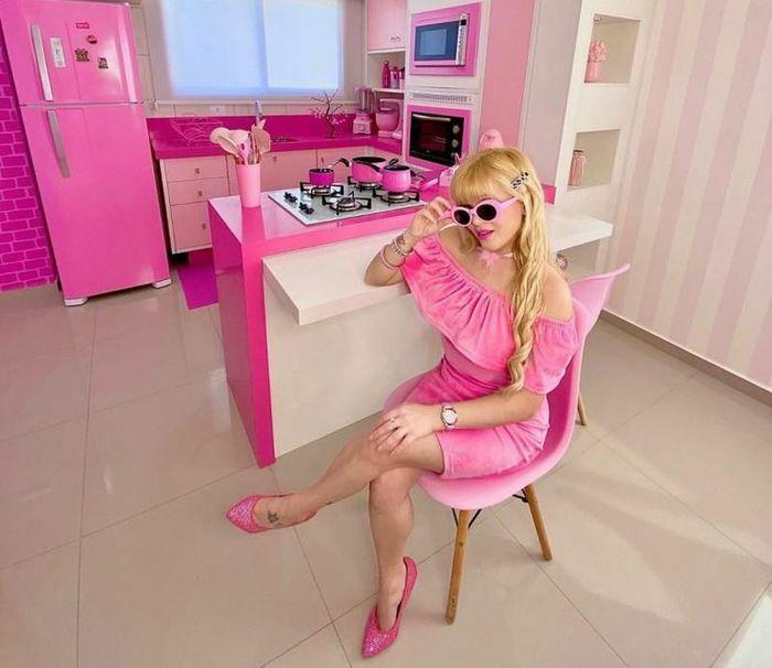 Cô gái kiếm tiền bằng cách khoe cuộc sống toàn màu hồng