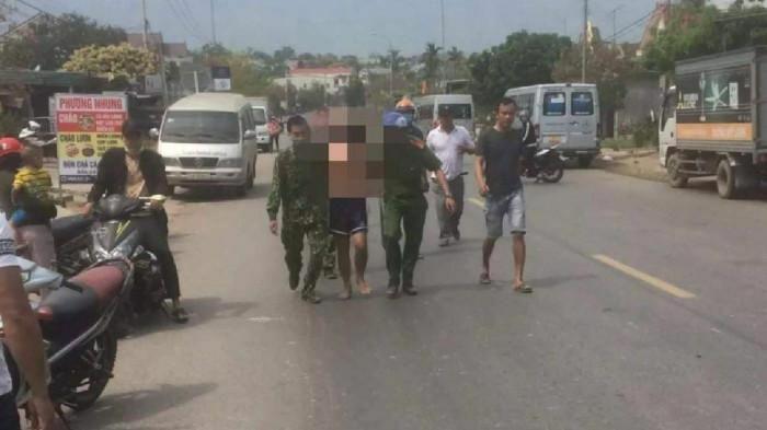 Quảng Trị: Nam thanh niên vác dao lao ra đường chém người và nhiều ô tô