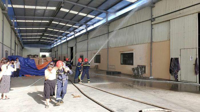 Chàng lính cứu hỏa Thanh Hóa nhường bình dưỡng khí cho nạn nhân